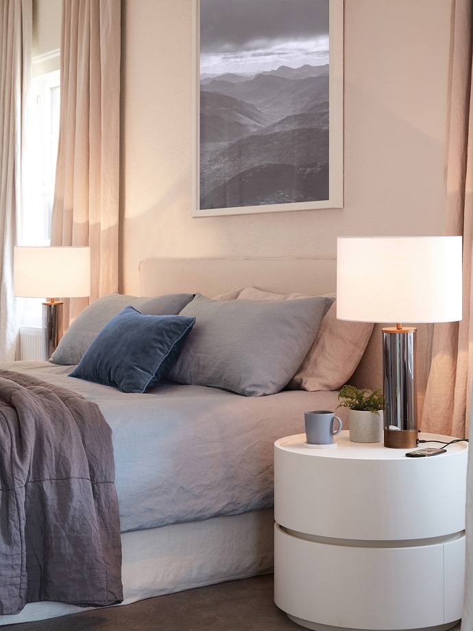 touch-table-lamp-in-bedroom