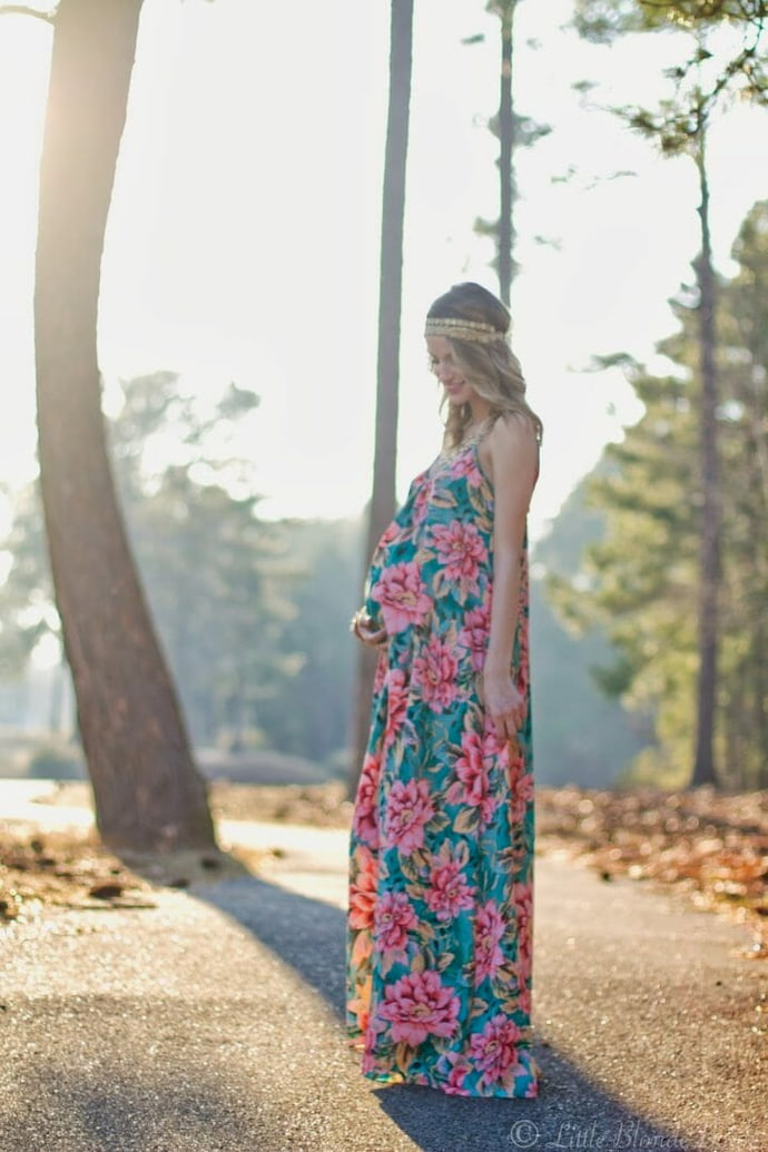pregnant-woman-in-maxi-dress