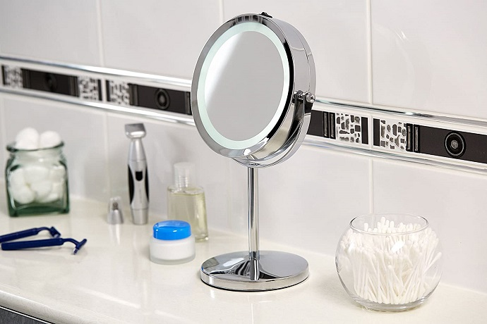 Free-standing make-up mirror